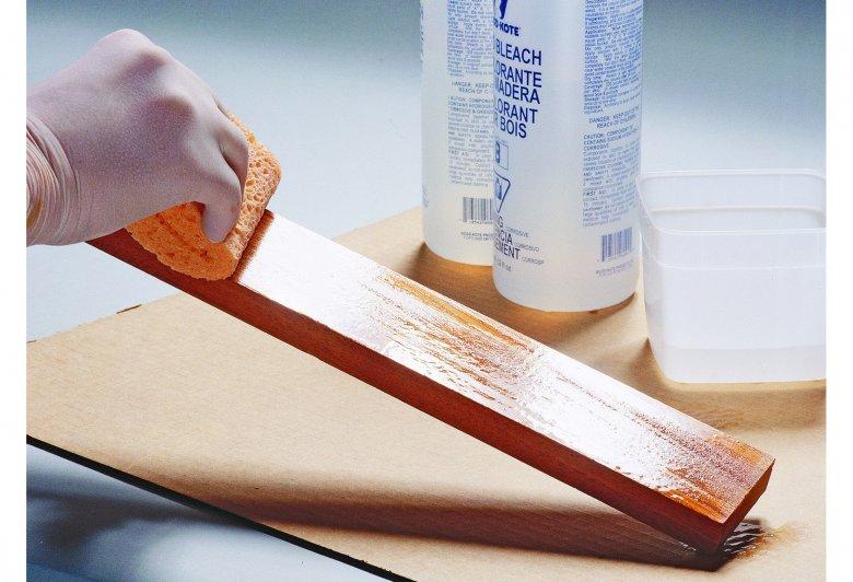 Наносим отбеливатель для древесины на доску губкой